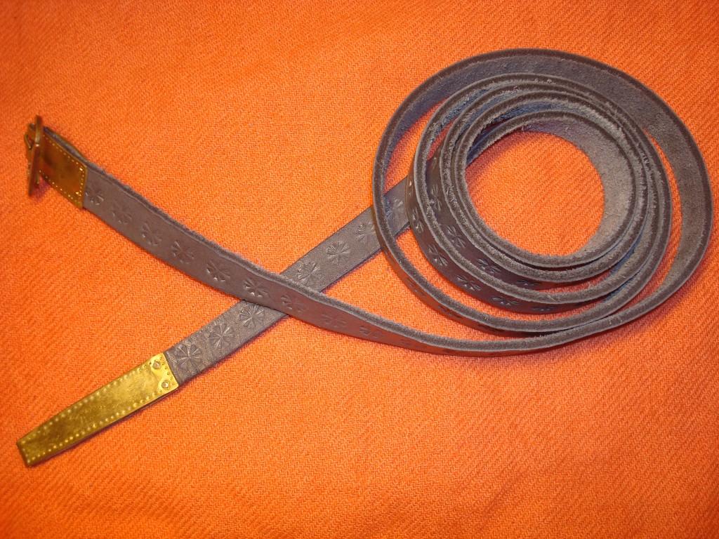 Punzierter Gürtel, mit Eisenbeize gefärbt.