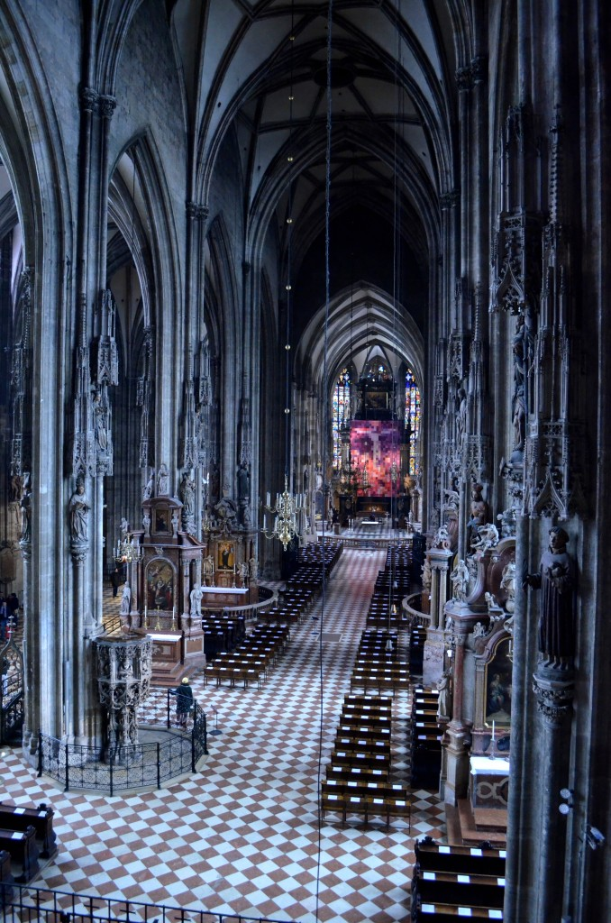 Blick von der Westempore auf den (wegen der Fastenzeit) verhängten Altar