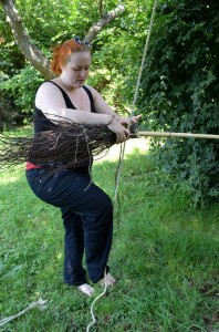 Seil spannen und damit den Reisig pressen